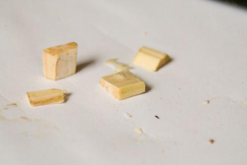 Vom kleinen Stück schneidet man die runden Seiten ab, spaltet die Mitte und erhält zwei kleine Rechtecke