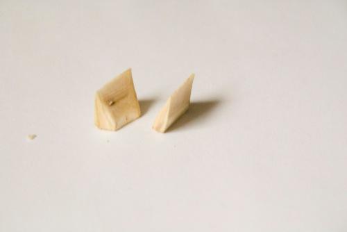 Die Rechtecke spitzt man auf einer Seite in der Mitte zu, um Keile zu erhalten